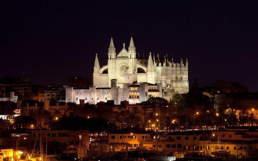 Mallorca bei Nacht mit beleuchteter Katedrale
