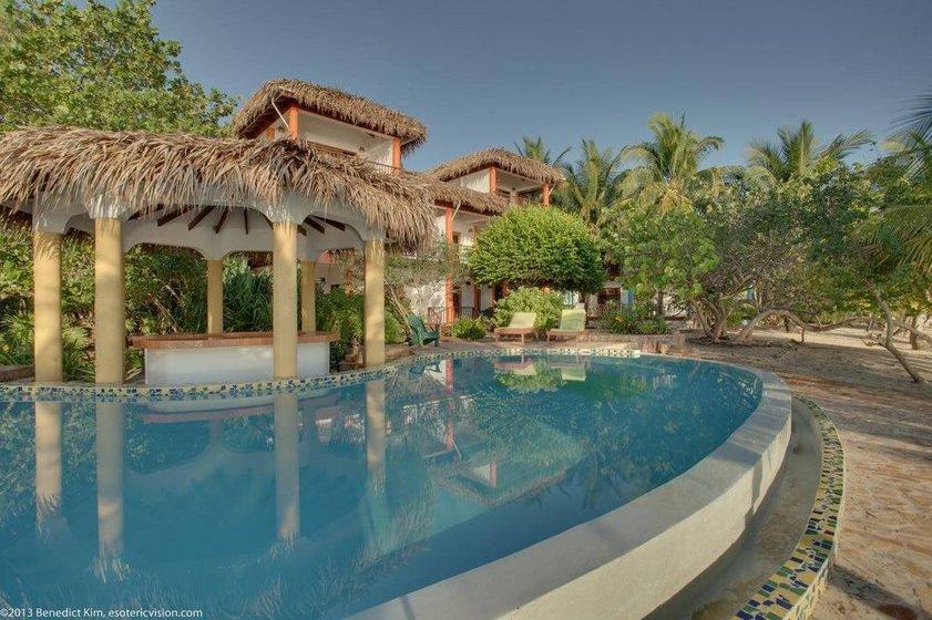 Relaxen und Cocktails trinken an der Poolbar im tropischen Paradis