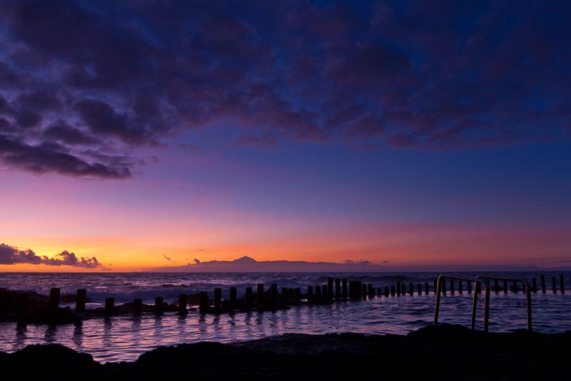 Farbenspiel am Horizont in Gran Canaria in der Dämmerung