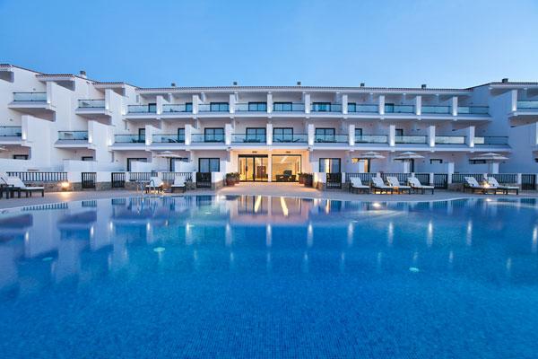 Riesig großer Pool vor der schlichten, eleganten Hotelanlage in Gran Canaria